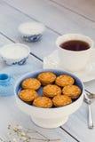 饼干和一杯茶在一张木桌上的 库存图片