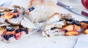 饼干片断用桃子和蓝莓 免版税图库摄影