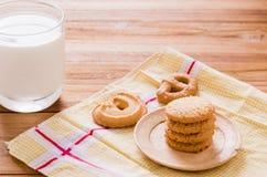饼干牛奶 免版税库存照片