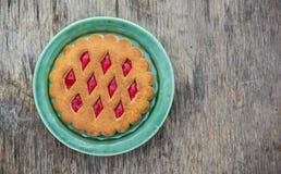 饼干用在一块绿色板材的果酱 免版税库存图片