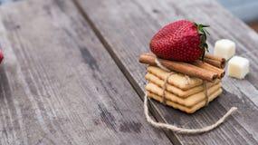 饼干用在桌上的草莓 免版税图库摄影