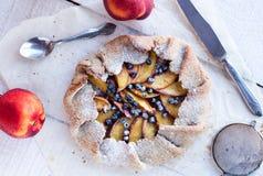 饼干用桃子和蓝莓在一张白色桌上与 免版税库存图片