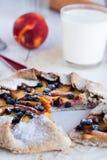 饼干用桃子和蓝莓在一张白色桌上 免版税图库摄影