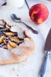 饼干用桃子和蓝莓 库存照片