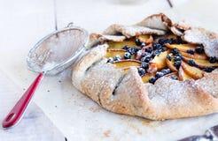 饼干用桃子和蓝莓 免版税库存照片