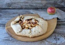 饼干用苹果和桂香在一张木桌上 库存照片