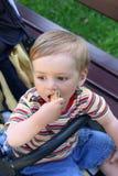 饼干男孩吃走 库存图片