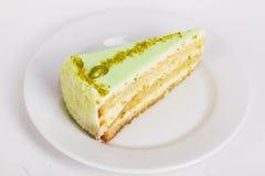 饼干蛋糕切片乳酪蛋糕用在一个板材特写镜头的开心果菜单的 免版税库存图片