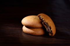 饼干被装载的巧克力奶油 免版税库存照片