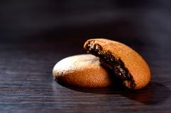 饼干被装载的巧克力奶油 库存照片