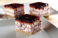 饼干黑莓被装载的蛋糕奶油 免版税库存图片