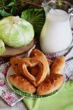 饼牛奶静物画圆白菜和水罐与a的 库存照片