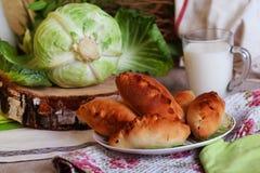 饼牛奶静物画圆白菜和水罐与a的 免版税图库摄影