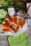 饼牛奶静物画圆白菜和水罐与a的 免版税库存图片