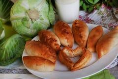 饼牛奶静物画圆白菜和水罐与a的 库存图片