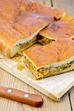 饼用圆白菜和蘑菇在一个委员会有刀子的 免版税库存图片