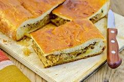 饼用圆白菜和黄蘑菇在委员会 免版税库存照片