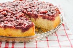 饼用在板材的新鲜的草莓 免版税图库摄影