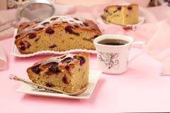 饼用樱桃位于在板材的桃红色背景 免版税库存照片