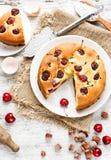 饼用樱桃和榛子 免版税库存照片