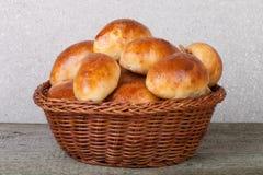饼用肉或圆白菜在一个柳条筐在一木backgro 免版税图库摄影