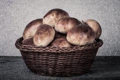 饼用肉或圆白菜在一个柳条筐在一木backgro 库存图片