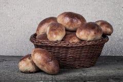 饼用肉或圆白菜在一个柳条筐在一木backgro 图库摄影