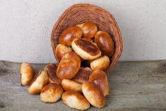 饼用肉或圆白菜在一个柳条筐在木背景 图库摄影