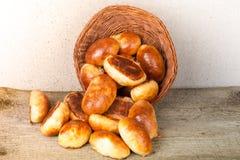 饼用肉或圆白菜在一个柳条筐在木背景 免版税图库摄影