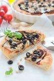饼用茄子、橄榄和松果 免版税库存图片
