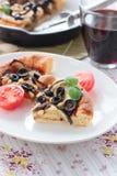 饼用茄子、橄榄和松果 免版税库存照片