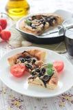 饼用茄子、橄榄和松果 免版税图库摄影