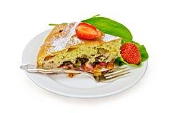 饼用草莓和栗色在一块板材有叉子的 免版税库存照片
