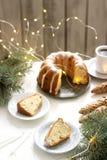 饼用葡萄干和结冰从糖粉在冷杉分支和诗歌选背景  土气样式 免版税库存照片