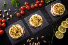 饼用软干酪和熏制鲑鱼 库存图片