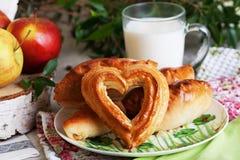 饼苹果和水罐与桦树裁减的牛奶静物画, apptitnaya家庭烹饪 免版税库存照片