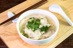 馄饨在纯净汤的虾饺子 库存照片