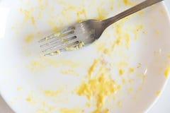 馄饨板材的遗骸与叉子的 在面团意粉以后的白色肮脏的盘用肉和西红柿酱 调味酱 免版税库存照片