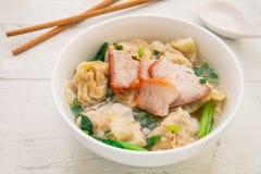 馄饨汤用烤红色猪肉,中国食物 库存图片