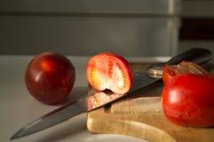 馄饨用在木头背景的蕃茄  免版税库存图片