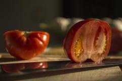 馄饨用在木头背景的蕃茄  库存照片