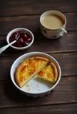 馅饼用在烘烤盘的乳酪 免版税库存图片