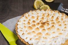 馅饼用柠檬和软的意大利蛋白甜饼 免版税库存照片