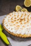 馅饼用柠檬和软的意大利蛋白甜饼 免版税库存图片