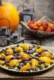 馅饼用桃子、南瓜、李子和蓝莓 库存照片