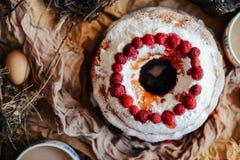 馅饼用用薄荷的地方教育局和打好的奶油装饰的草莓 库存图片