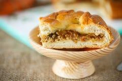 馅饼面团用被炖的圆白菜 免版税图库摄影