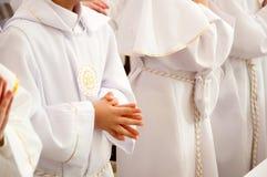 首先接受圣洁儿童的圣餐 免版税库存照片