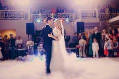 首先舞蹈新娘在餐馆 库存照片