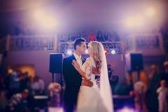 首先舞蹈新娘在餐馆 免版税图库摄影